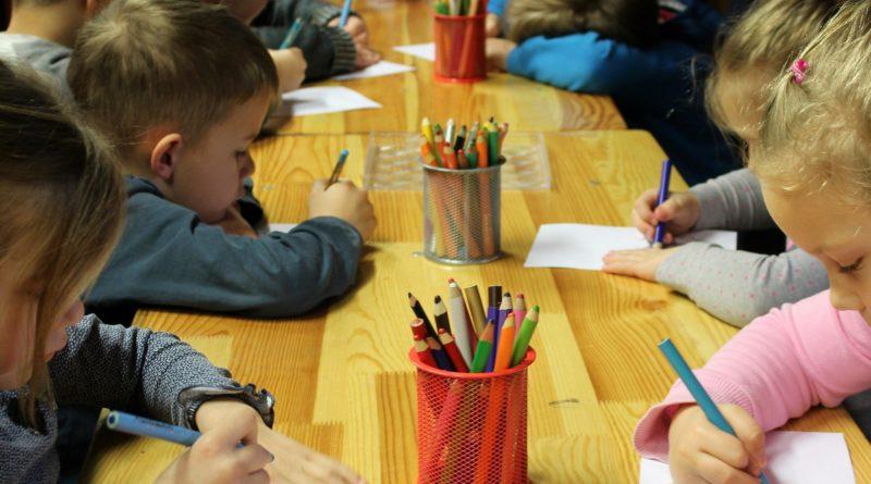 Enfants dessinant